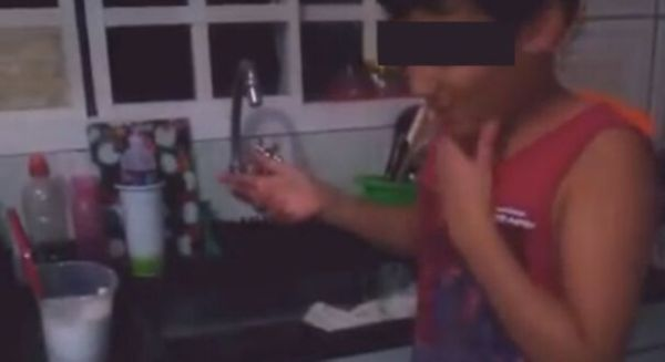 Criança fazendo desafio do sal: riscos. Crédito: Reprodução/Youtube