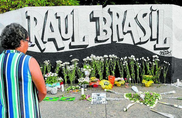 Homenagem às vítimas do ataque em frente ao portão da escola. Crédito: Bruna Nascimento