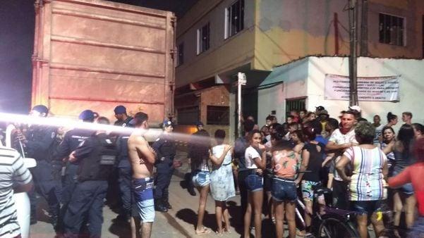 Protesto em decorrência do atropelamento de menina de 12 anos fecha Es-010. Crédito: Tiago Félix