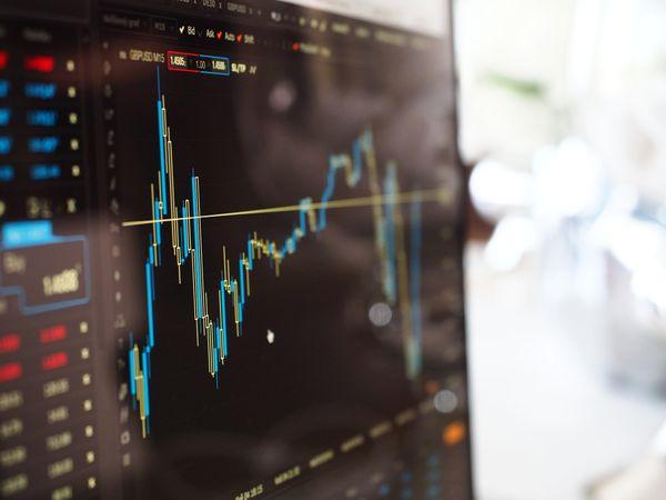 Bolsas de valores começaram o dia em alta após uma segunda-feira de caos. Crédito: Pixabay