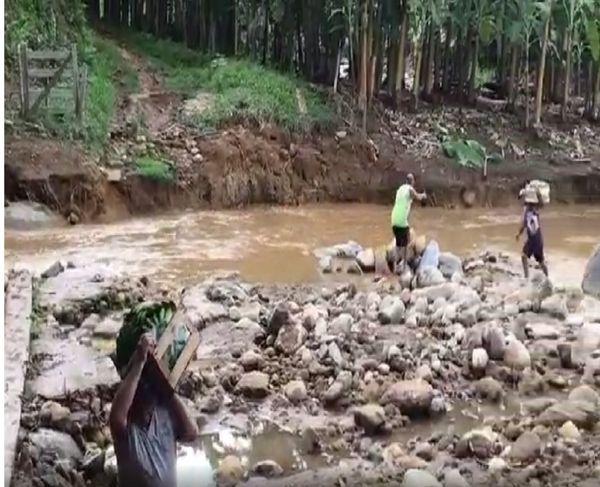Caixas de banana são carregadas para atravessar rio . Crédito: Reprodução