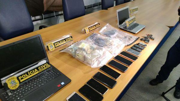 Com Thiago foram apreendidos dois notebooks, vários celulares, dinheiro e uma arma. Crédito: Daniel Pasti