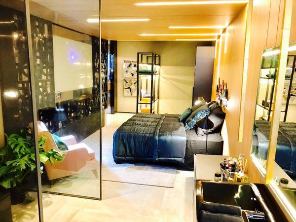 Neste loft de Rabello, os cobogós modernos separam quarto e sala. Crédito: Divulgação
