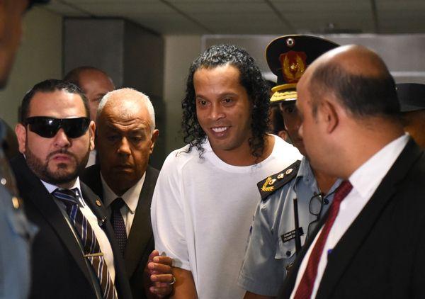 Ronaldinho está preso no Paraguai acusado de falsificação de documentos. Crédito: AP
