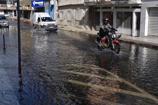 Ruas são tomadas pela água gerada pela maré alta, no bairro Ilha de Santa Maria em Vitória. Crédito: Victor Jubini