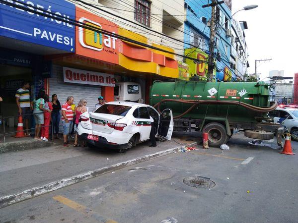 Caminhão carregado com resíduo de limpeza de caixas sépticas atinge loja em Cariacica . Crédito: Daniel Pasti