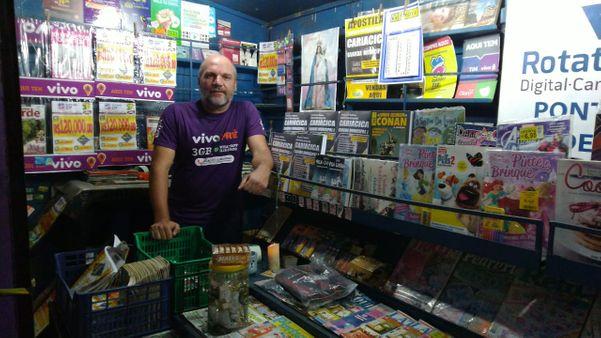 Sandro Moro, dono da banca de revista localizada na Praça de Campo Grande. Crédito: Daniel Pasti