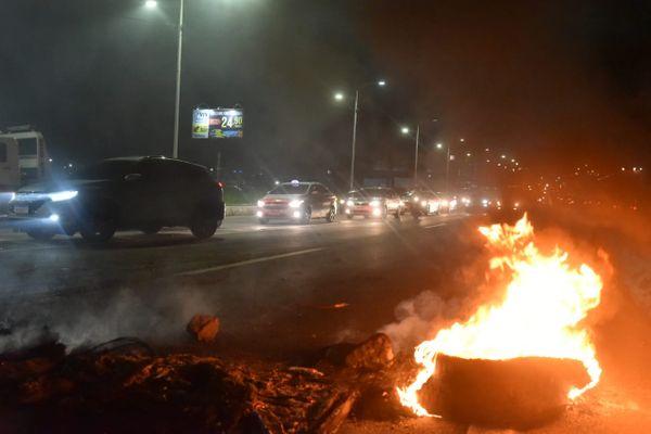 Manifestantes atearam fogo em pneus para interditar a pista. Crédito: Fernando Madeira