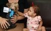 A pequena Laura recebendo a visita do cãozinho de estimação Benja no hospital. Crédito: Reprodução TV Gazeta