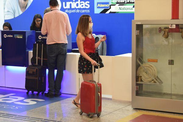Data: 13/03/2020 - ES - Vitória - Passageiros usam máscaras de proteção contra coronavírus no aeroporto de Vitória - Editoria: Cidades - Foto: Ricardo Medeiros - GZ
