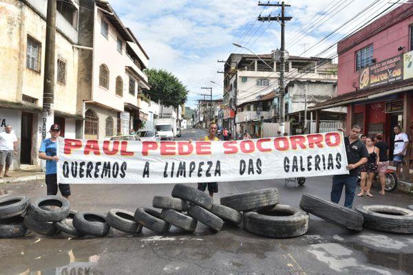 Moradores de Paul protestam pedindo a limpeza das galerias do bairro. Segundo eles, isso está causando alagamentos em épocas de chuvas. Crédito: Fernando Madeira