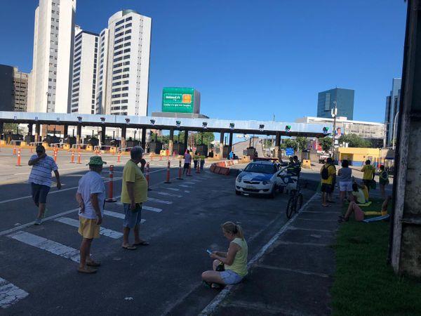 Grupo de manifestantes na Praça do Pedágio. Crédito: Adalberto Cordeiro