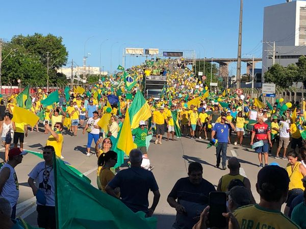 Manifestantes pró-Bolsonaro atravessam a Terceira Ponte. Crédito: Adalberto Cordeiro
