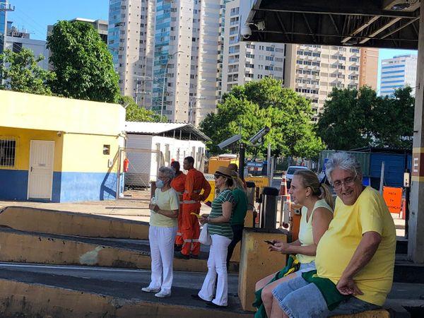 Manifestantes pró-Bolsonaro usam máscaras durante ato na Terceira Ponte. Crédito: Adalberto Cordeiro