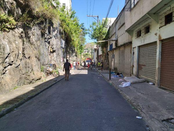 Pessoas em situação de rua foram baleadas na Rua Consultor Vitorino Teixeira, na Vila Rubim. Crédito: Natalia Devens