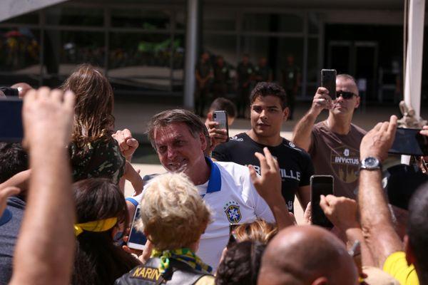 Presidente Jair Bolsonaro cumprimenta apoiadores em frente do Palácio do Planalto, em Brasília. Crédito: Pedro Ladeira/Folhapress