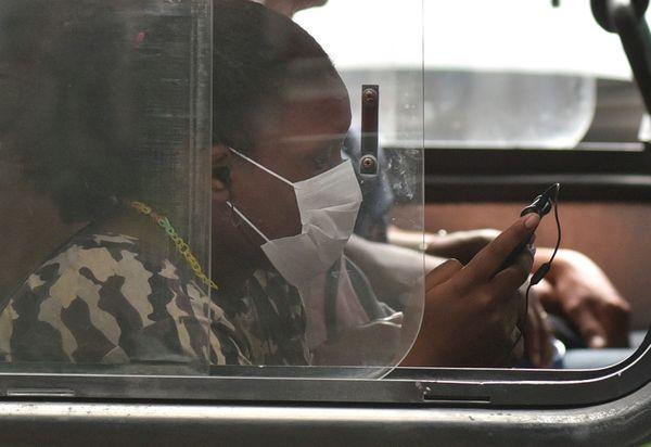 Após pandemia de coronavírus passageira usa máscara na avenida Reta da Penha. Crédito: Vitor Jubini