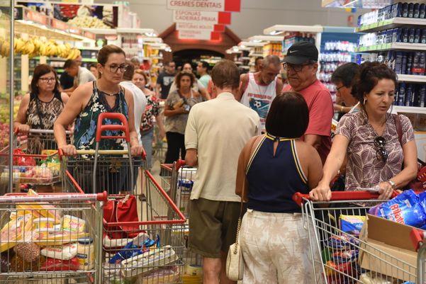 Data: 17/03/2020 - ES - Vitória - Movimentação de pessoas no Supermercado Perim, Mata da Praia - Editoria: Cidades - Foto: Ricardo Medeiros - GZ