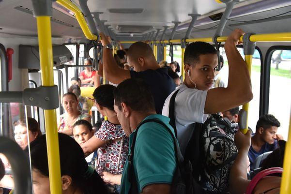 Ônibus lotado na última terça-feira (17). Crédito: Fernando Madeira