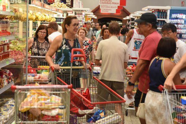 Pandemia de coronavírus: supermercados amanhecem lotados em Vitória