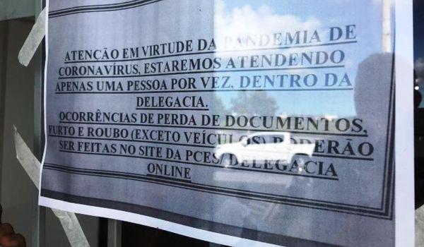Na Delegacia de Linhares uma aviso na entrada do prédio alerta sobre as restrições adotadas para evitar a contaminação pelo coronavírus. Crédito: Internauta