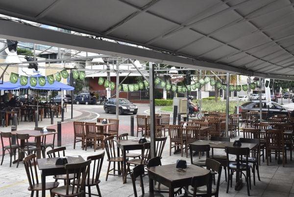 Data: 18/03/2020 - ES - Vitória - Coronavírus - Movimentação de bares no Triângulo das Bermudas na Praia do Canto - Editoria: Cidades - Foto: Vitor Jubini - GZ