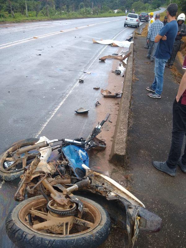 Motociclista morreu na tarde desta quarta-feira (18) após bater contra um carro na ES 165. Crédito: Internauta