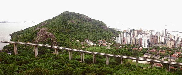 Vista geral de Vila Velha com o Morro do Moreno ao fundo