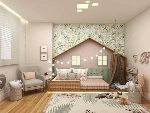A cama no chão e os brinquedos com acesso fácil, na altura da criança, são alguns dos itens priorizados na decoração inspirada no método montessoriano. Crédito: Juliana Mattos/Divulgação