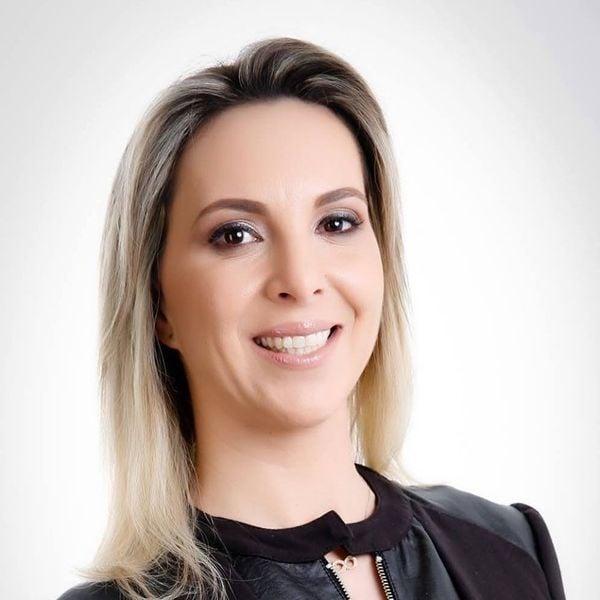 """Cristhine Samorini consegue ir às reuniões de trabalho com facilidade ao usar o transporte compartilhado. """"Tenho muita confiança no V1 para fazer os meus deslocamentos"""