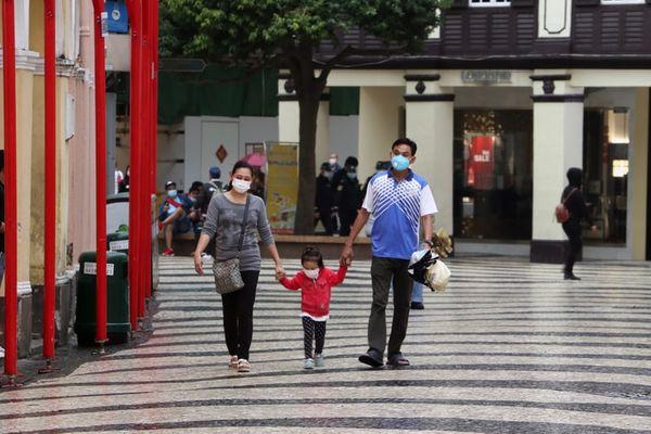 Família usa máscara para se proteger do coronavírus na China