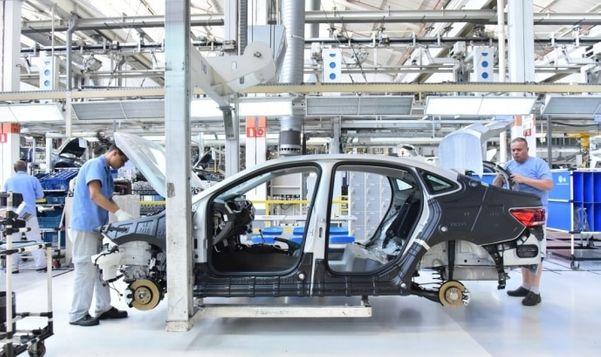 Linha de montagem em fábrica da Volks
