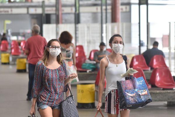 Passageiras utilizam máscaras após pandemia de coronavírus na rodoviária da capital. Crédito: Vitor Jubini