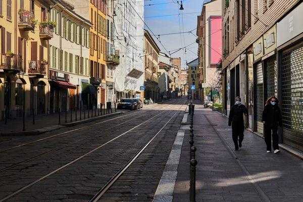 Pessoas usam máscara para se proteger do coronavírus em Milão, na Itália.