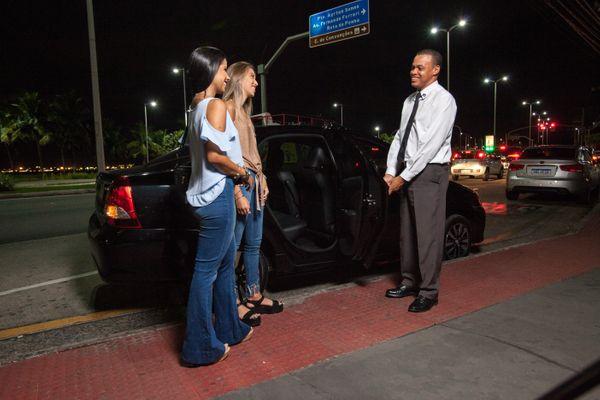 Serviço da V1 é diferenciado. O motorista abre a porta para os passageiros, pergunta as preferências de rádio, temperatura interna do veículo e de rota. Crédito: V1/divulgação