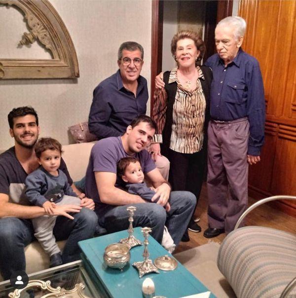 Arnaldo Ferreira reunido com a esposa, Dóris Prado Ferreira, filho, netos e bisnetos. Crédito: Arquivo da família