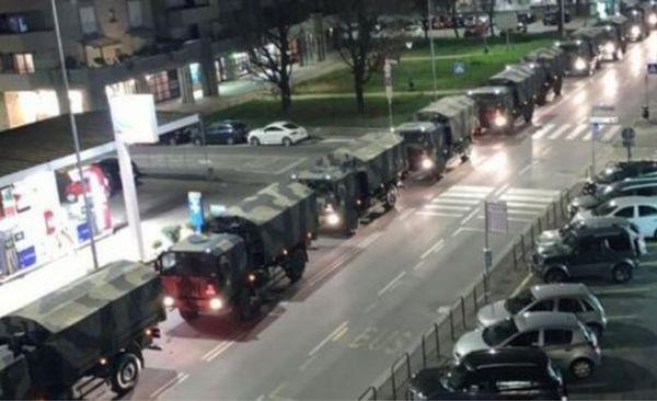Caminhões do exército  levam corpos de mortos na Itália . Crédito: Patrícia Helmer