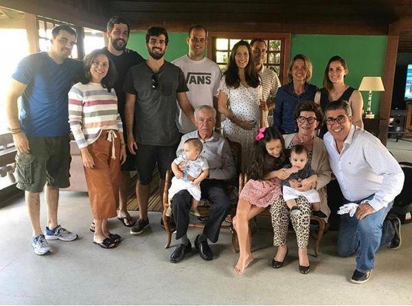 Filhos, netos e bisnetos reunidos com Arnaldo Ferreira e Dóris Prado Ferreira. Crédito: Arquivo da família