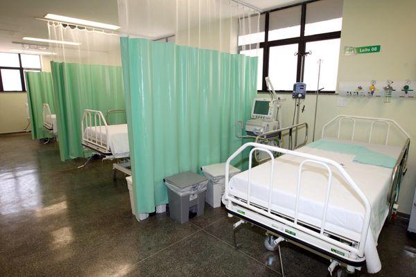 Leito de UTI de hospital com respirador mecânico: aparelho é necessário para pacientes com a Covid-19