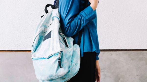 Pessoa usando mochila no ombro