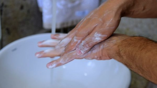 Lavar as mãos é uma das principais recomendações. Crédito: Fernando Madeira/Reprodução