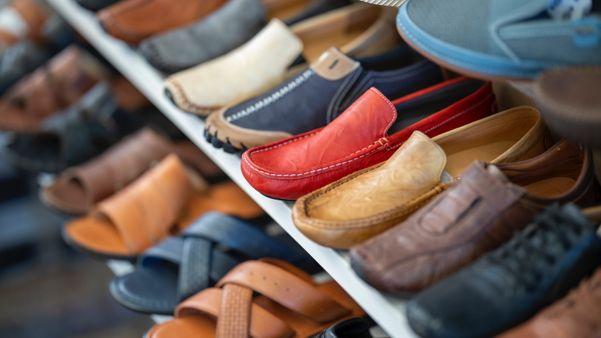 Sapatos organizados em uma prateleira