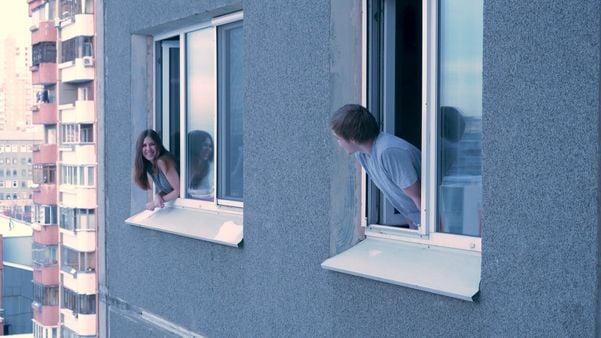 Vizinhos conversando pelas janelas de casa: novos costumes impostos pela pandemia do coronavírus. Crédito: Shutterstock