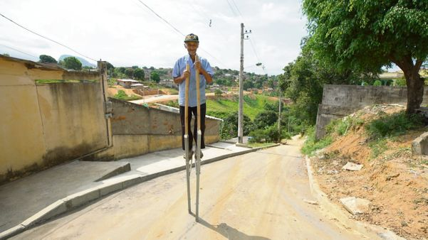 Zé Botinha anda por vários bairros de Cariacica equilibrado numa perna de pau