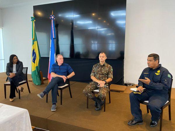 A vice-governadora Jaqueline Moraes, o governador Renato Casagrande com representantes do Exército e da Marinha. Crédito: Reprodução/Twitter