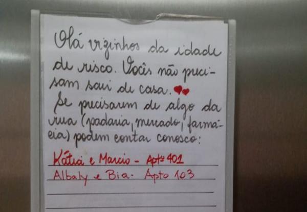 Cartaz no elevador recruta voluntários para ajudar pessoas do grupo de risco durante a quarentena. Crédito: Kátia Fassarella