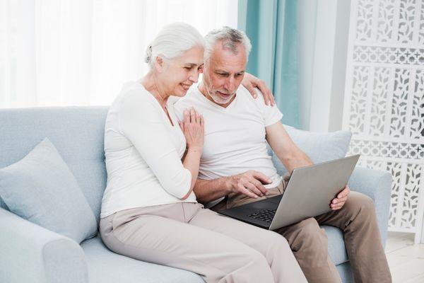 Em isolamento, idosos podem ter companhia da família pela internet. Crédito: Freepik