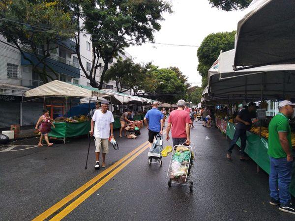 Idosos frequentam a feira livre de Jardim da Penha. Crédito: Elis Carvalho