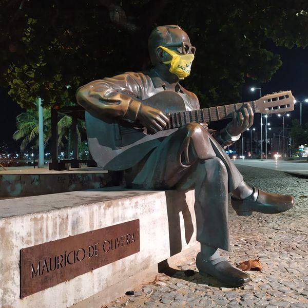 A estátua do músico Maurício de Oliveira apareceu de