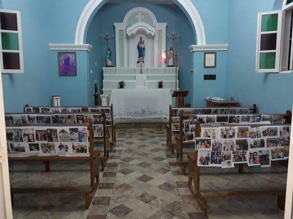 Para fieis não saírem de casa, campanha de Santuário em Ibiraçu coloca fotos de fieis espalhadas em bancos. Crédito: Santuário Nossa Senhora da Saúde